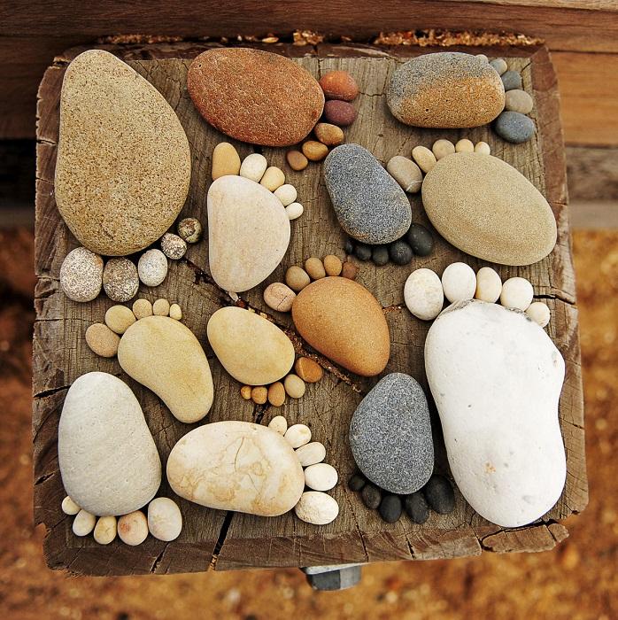 Картина из натуральной древесины и морской гальки, которая выглядит как настоящее произведение искусства.