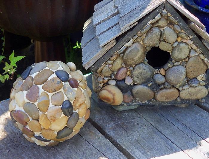 С помощью морской гальки можно создавать оригинальную инсталляцию.
