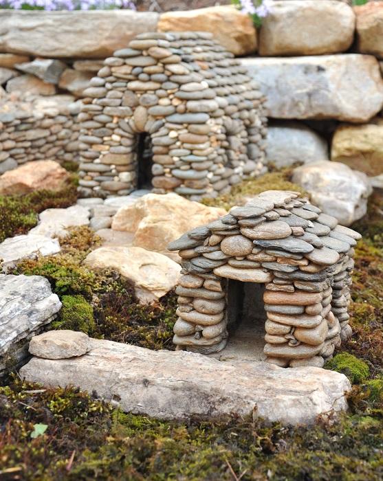 Миниатюрные домики из гальки для украшения садового участка.