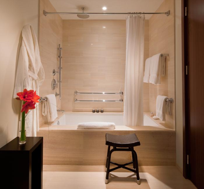 Интерьер ванной комнаты в бежевых тонах с вкраплением тёмно-коричневых акцентов выглядит оригинально и современно.