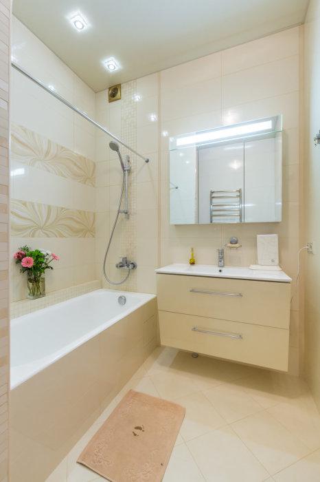 Современный интерьер ванной комнаты должен включать в себя несколько различных систем хранения.