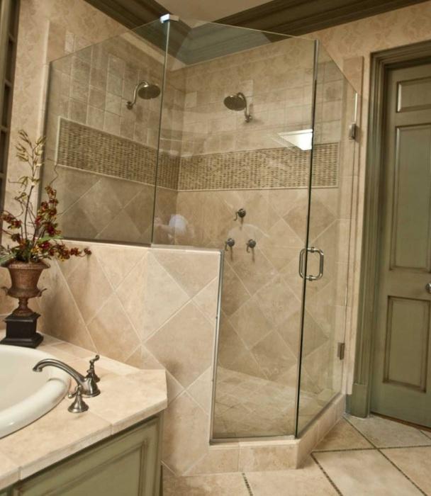Даже необычная ванная комната может быть просторной и эргономичной.