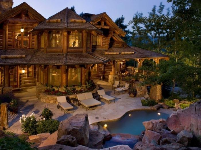 Классический стиль загородного дома с элементами необработанных природных фактур.