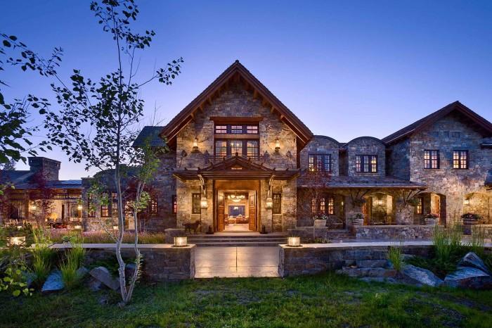 При выборе материала, которым будет облицован дом, следует соблюдать заданное стилевое направление.