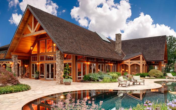 Особняк, в классическом деревенском стиле в дизайне которого использовались исключительно натуральные материалы.