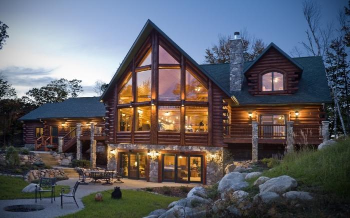 При использовании технологии строительства частных домов из бруса необходимо учитывать, что древесина требует специальной обработки.