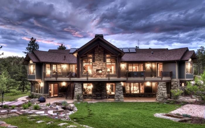 Дом из камня, который сочетает в себе многовековые традиции и современные технологии.