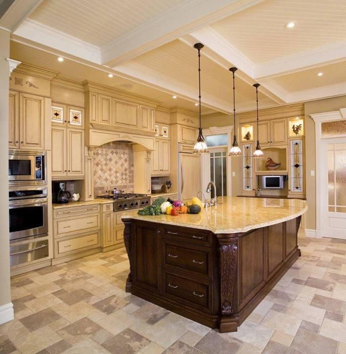 Кухня, в которой гармонично сочетаются элементы разных направлений и стилей.