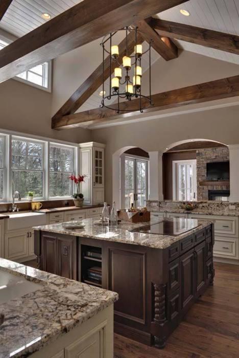 Столешница из декоративного мрамора прекрасно вписывается в классический дизайн кухни.