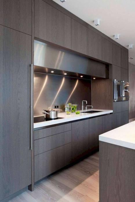 Темная деревянная поверхность отлично подходит для просторной кухни в минималистском стиле.