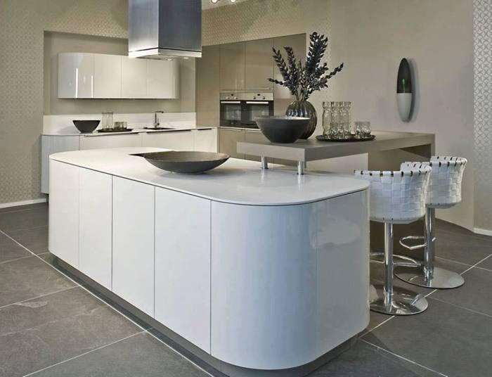 Кухонный остров, совмещённый с барной стойкой - оригинальное решение, которое позволит сэкономить драгоценное пространство.