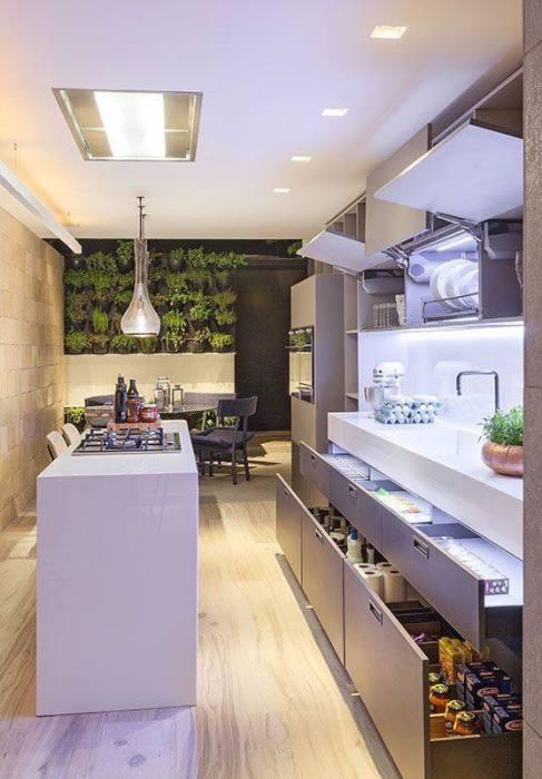 Великолепный интерьер кухни с эргономичными шкафчиками и модульными системами.
