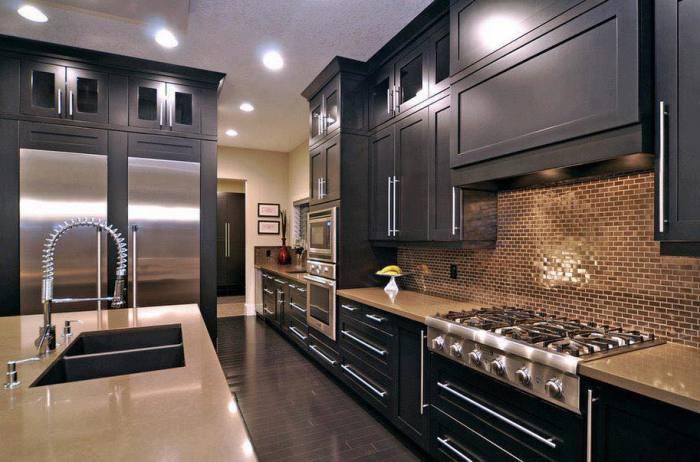 Чудесная кухня, оформленная преимущественно в тёмных тонах, которая стала настоящей визитной карточкой загородного дома.