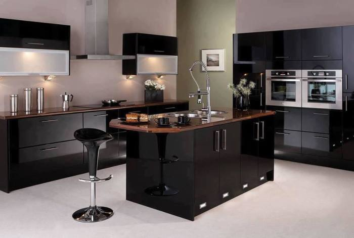 Кухонный гарнитур с глянцевыми поверхностями смотрится современно и эффектно, хорошо отражает свет и зрительно увеличивают пространство.