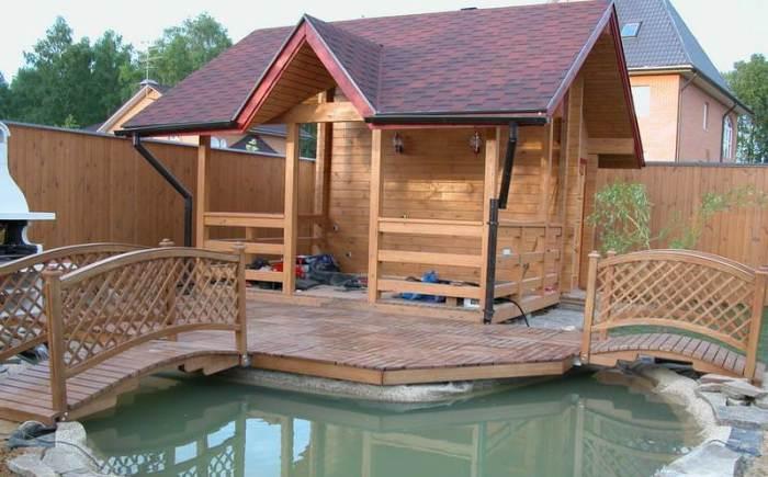 Садовая беседка у пруда - лучшее место для летнего отдыха и просто приятного времяпрепровождения.