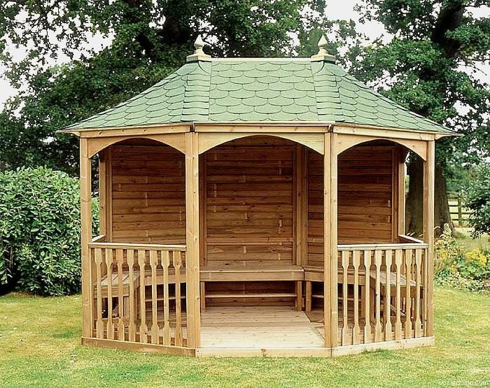 Современная традиционная беседка из натуральной древесины, которая имеет строгий и сдержанный дизайн.
