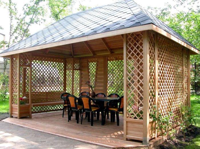 Беседка из натуральной древесины является не только отличным местом для отдыха, но также уникальным декоративным элементом, который может стать настоящей изюминкой любого приусадебного участка.