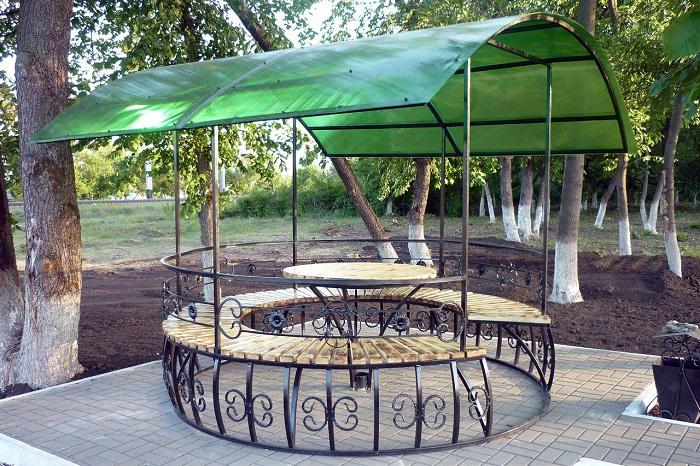 Тёплым летним вечером приятно отдохнуть в беседке, где веет прохладой.