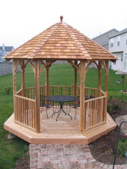 Открытая деревянная беседка - многие владельцы дачных участков мечтают иметь такую бюджетную конструкцию на собственном участке.