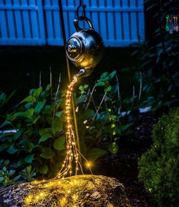 Оригинальный уличный светильник в виде потока света можно создать с применением обычной гирлянды или светодиодной ленты.