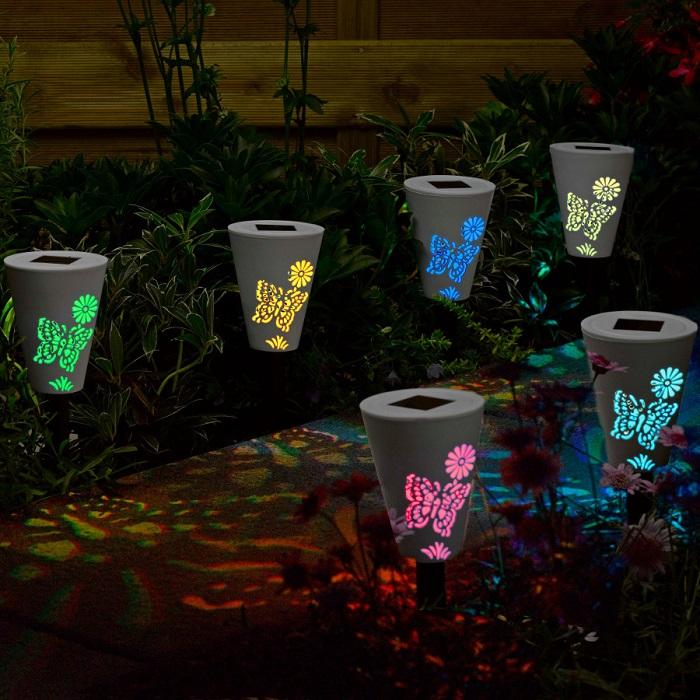 Фантазийные садовые светильники из старых стеклянных плафонов способны преобразить любой участок.