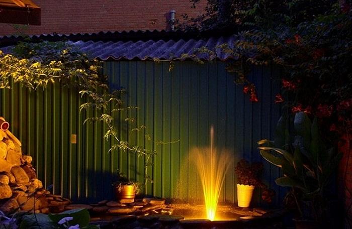 Декоративный фонтан с подсветкой, который поможет превратить участок в уютное гнездышко.