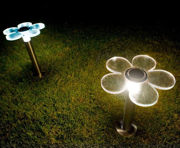 Оригинальные садовые светильники в форме «живых» цветов.