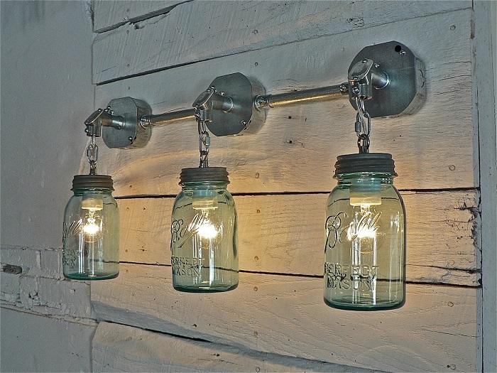 �з стеклянных банок и небольших ламп могут получиться потрясающие подвесные светильники для садового участка.