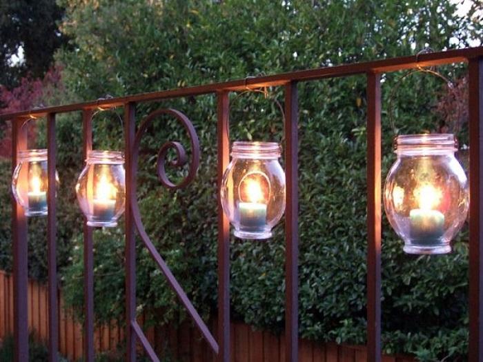 Садовые светильники, которые можно сделать своими руками из небольших стеклянных баночек и лампочек.