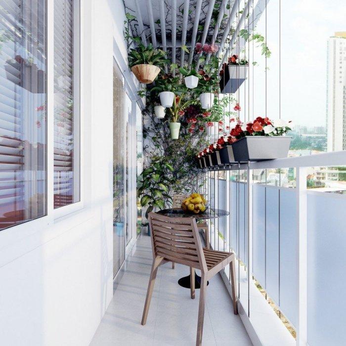 Цветы в подвесных горшках – простой и эффективный способ украсить лоджию или беседку.