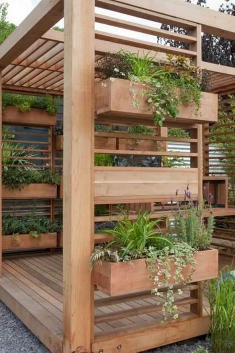 Вертикальные озеленения, которое выступает в виде своеобразной перегородки, позволит зонировать пространство на дачном участке.