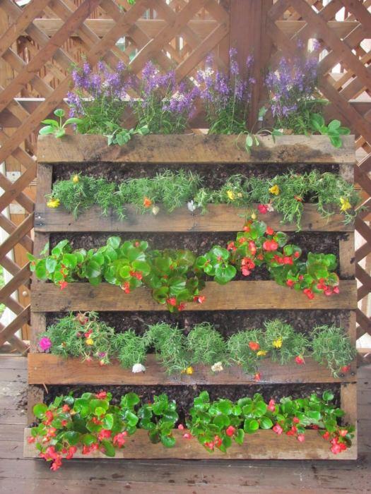 Старые деревянные рейки - отличный материал, которому можно найти множество применений на дачном участке.