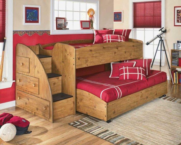 Двухъярусная кровать из натурального дерева, которая идеально впишется в небольшое помещение.
