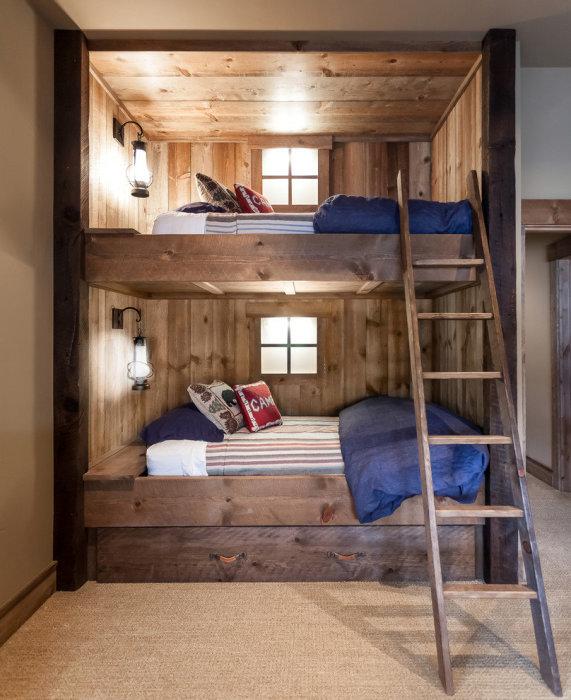 Кровать для двоих, которая была выполнена в традиционном деревенском стиле.