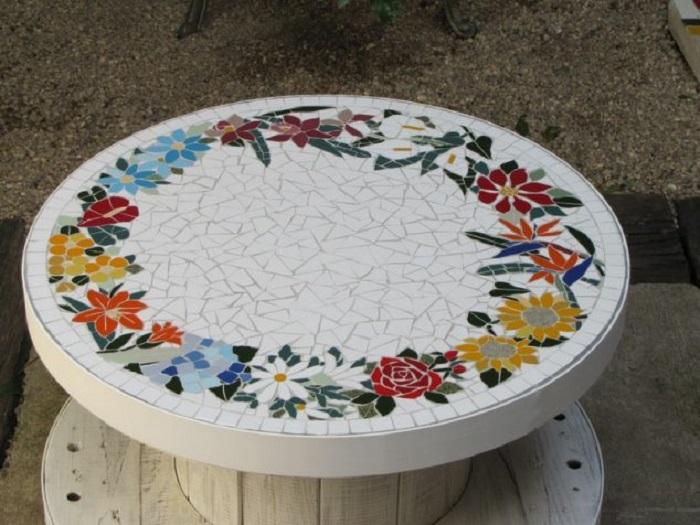 Журнальный столик из деревянной катушки, которую украсили мозаикой.