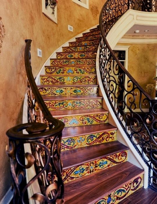 Уникальный арт-проект - художественно оформленная лестница, которая смотрится просто бесподобно.