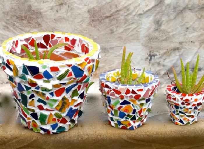 Старые невзрачные цветочные горшки можно превратить в необычный предмет декора, украсив их цветной мозаикой.