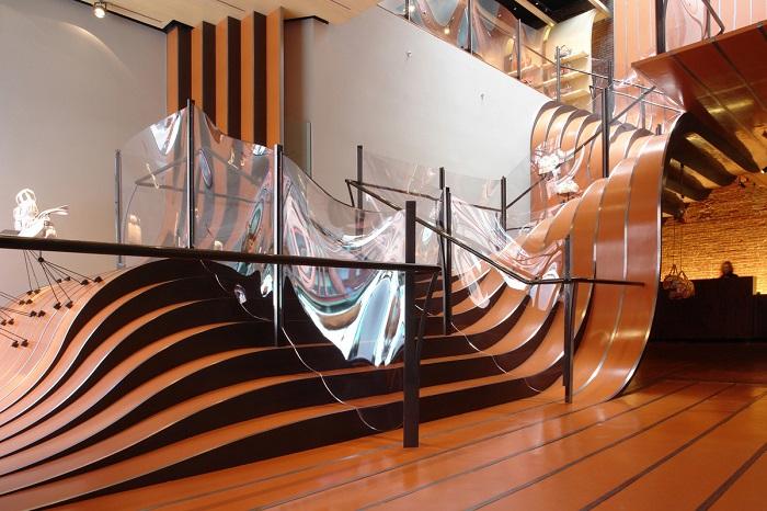 Интересный и современный вариант дополнения интерьера при помощи «Волнистой» лестницы, которая станет визитной карточкой любого загородного дома.