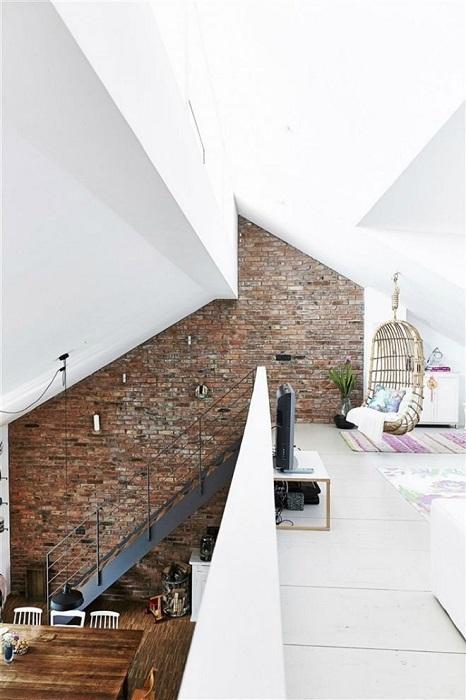 Интерьер с традиционной металлической лестницей в промышленном стиле.