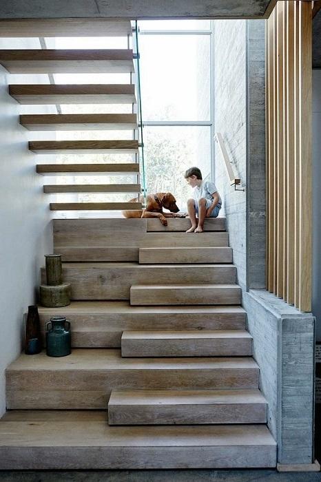 Необычный дизайн деревянной лестницы в экостиле, которая отличается простотой и уютом.