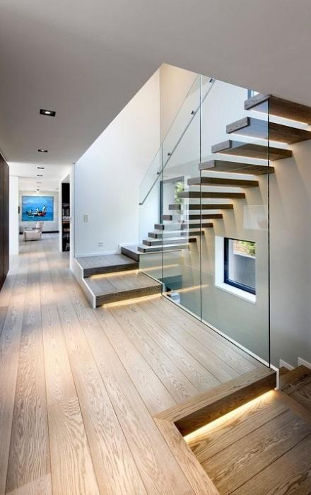 Благодаря своей необычной конструкции лестница способна отлично вписаться в интерьер помещения практически любого дизайна.