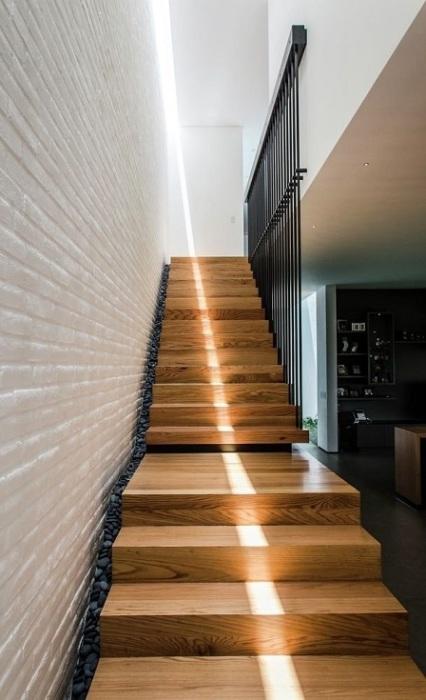 Контраст теплой древесины и холодных металлических элементов ограждения будет выигрышно смотреться в индустриальном  и классическом стиле.