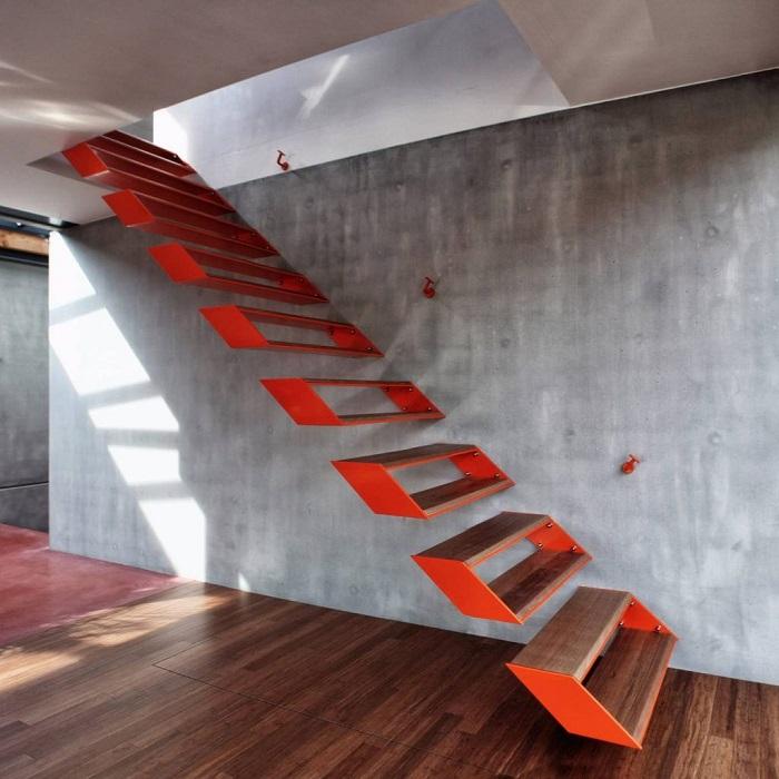 Яркая подвесная лестница из прочного материала, которая сразу привлечёт внимание гостей и всегда будет радовать хозяев.