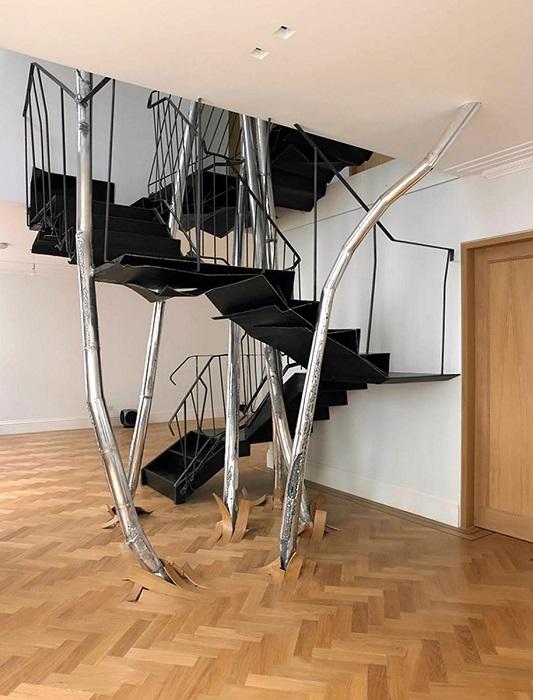 Сказочная лестница из металла, которая создана с элементами индустриального стиля.