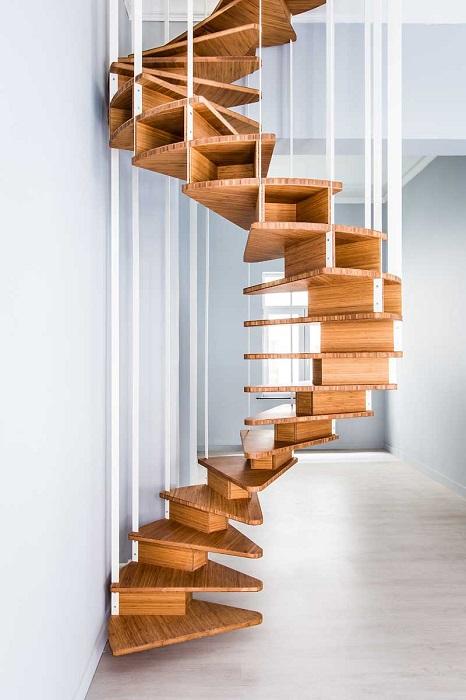 Деревянная лестница в загородном доме - это элемент интерьера, который требует особого внимания и ухода.