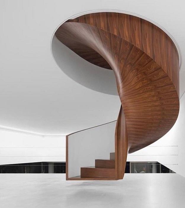 Классическая деревянная лестница с опорой ступеней на ограждение.