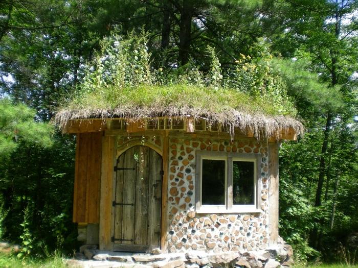 Беседка из глиночурки - оригинальное и бюджетное решение для небольшого загородного участка.