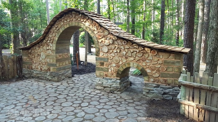 Простая технология строительства арки из поленьев и глины.