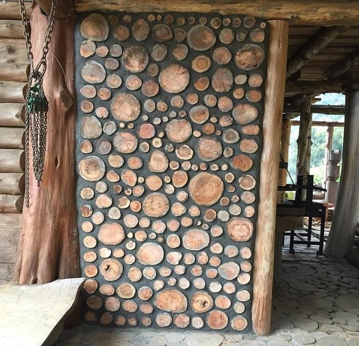 В деревянном загородном доме можно создавать перегородки из глиночурка.