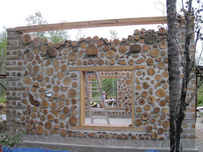 Дом из дров, который скрепляется между собой цементным раствором.